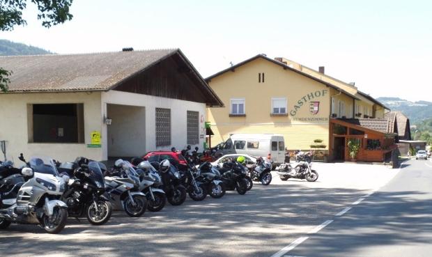 Motorräder vor dem Gasthof Hüttenwirt